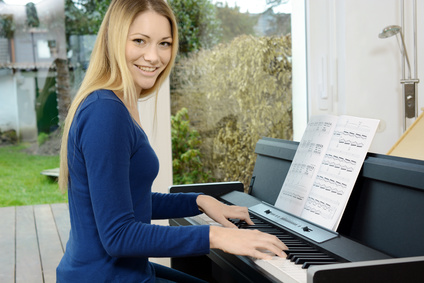 Frau am Digitalpiano
